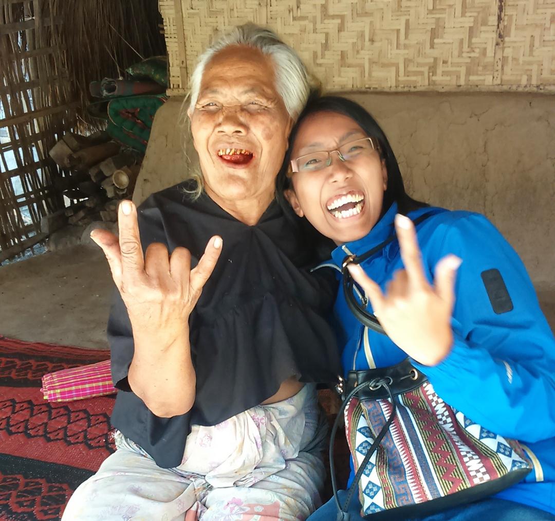 Nenek penenun di desa Sasak Ende Lombok
