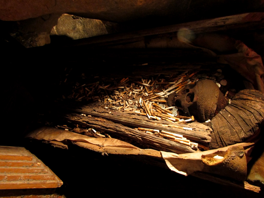 Salah Satu Jenazah di Dalam Goa Kubur Batu Londa