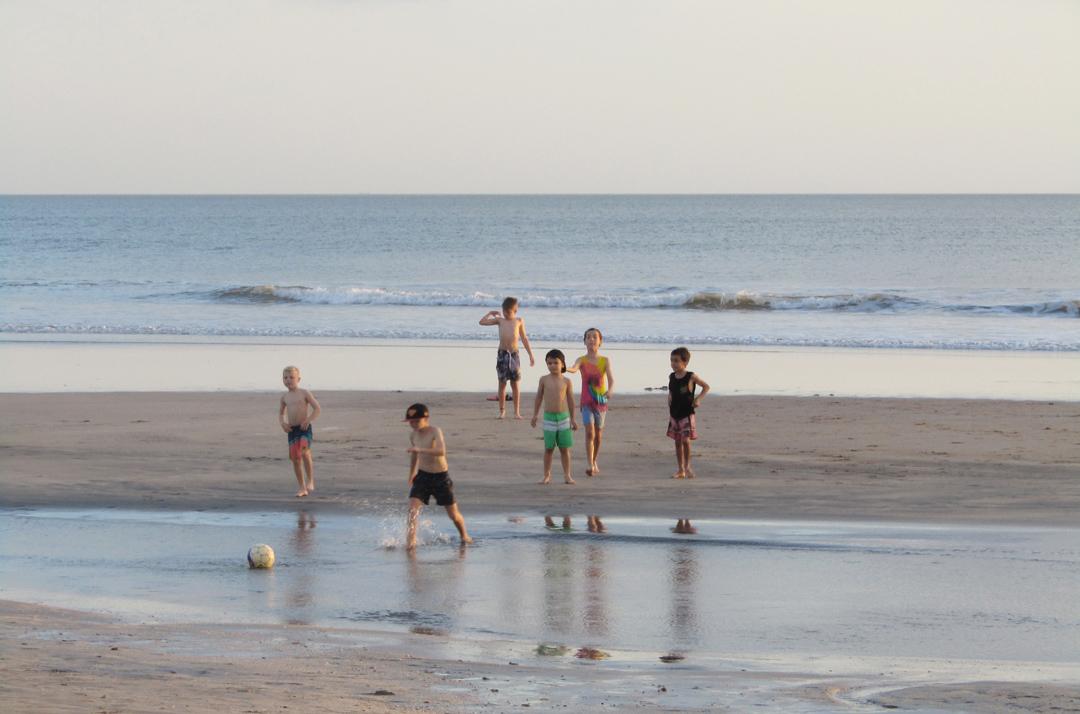 Main bola di pantai Kuta