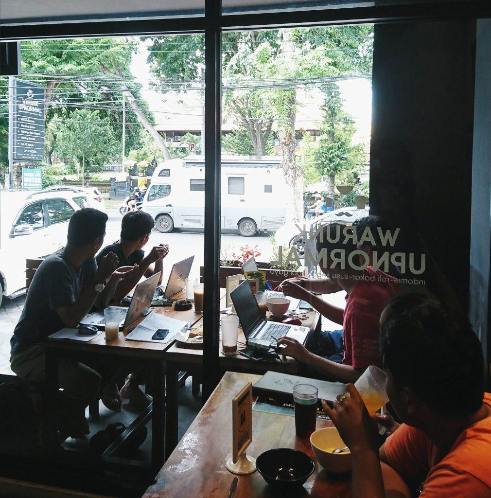 Keluarga Kusmajadi di Warunk Upnormal Denpasar
