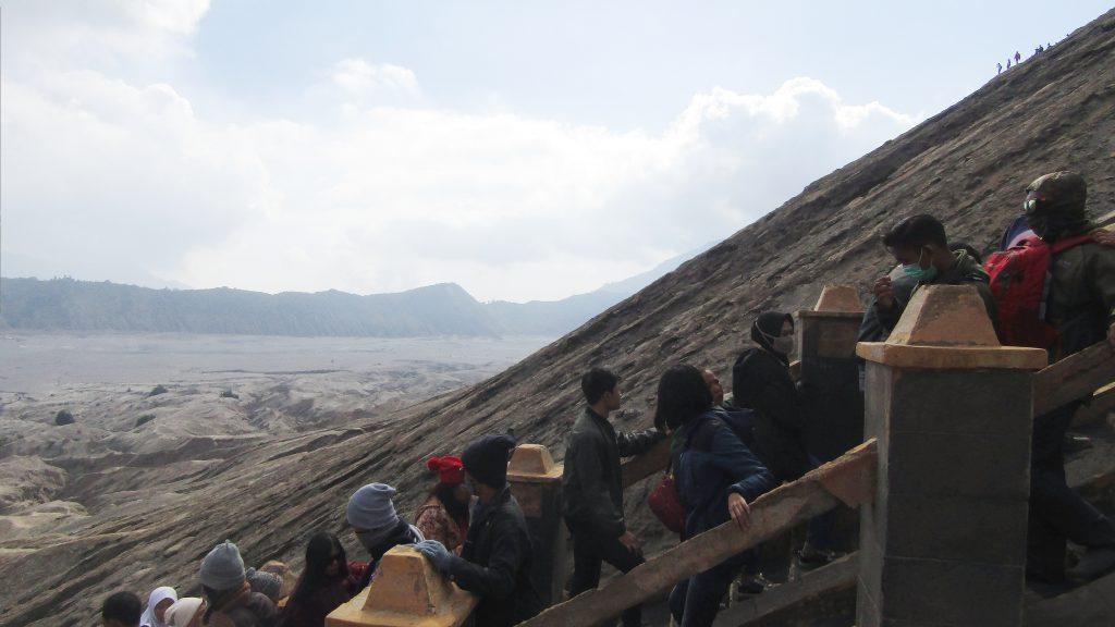 Antrian di tangga menuju kawah Bromo